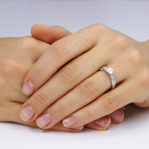 Inel de logodna argint Solitar cu cristale laterale TRSR226, Corelle